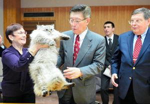 写真:シベリア猫を贈られ、目を細める佐竹敬久・秋田県知事(中央)。右はアファナシエフ駐日ロシア大使=5日、秋田県庁、代表撮影
