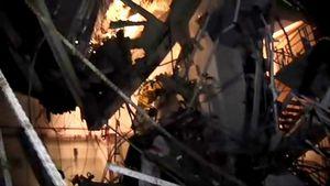 写真:非常用復水器のある4階も、天井が壊れているため、自然光が差し込んで明るい。東電はこの映像はカバー設置前に撮影したものと説明していたが、実はカバー設置4日後の撮影だった=東電撮影の映像から