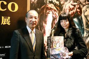 写真:「エル・グレコ展」入場者10万人目となった石藤綾子さん(右)。左は東京都美術館の真室佳武館長