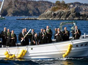 写真:海上で念仏を唱える僧侶たち=4日午後2時57分、宮城県南三陸町の伊里前湾、日吉健吾撮影