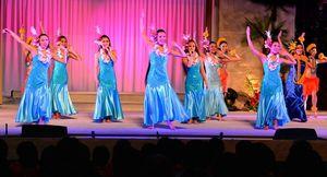 写真:新曲「アイナふくしま」に合わせてフラダンスを踊るフラガールたち=1月16日夜、福島県いわき市のスパリゾートハワイアンズ、小川智撮影