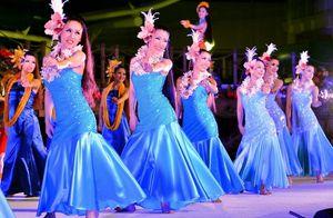 写真:新曲「アイナふくしま」に合わせてフラダンスを踊るフラガール=1月16日夜、福島県いわき市のスパリゾートハワイアンズ、小川智撮影