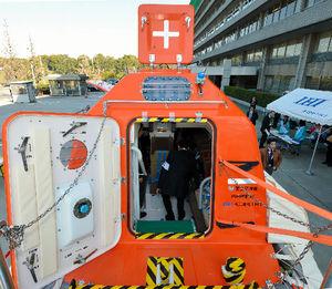 写真:津波救命艇には後部ハッチから出入りする=6日、東京・霞が関の国土交通省、瀬戸口翼撮影