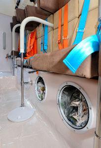 写真:座席の下には非常食などを収納するスペースも=6日、東京・霞が関の国土交通省、瀬戸口翼撮影
