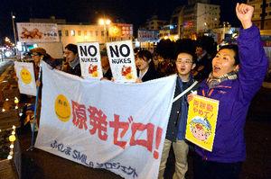 写真:脱原発を訴え、再稼働に抗議する人たち=8日夜、福島市本町、小川智撮影