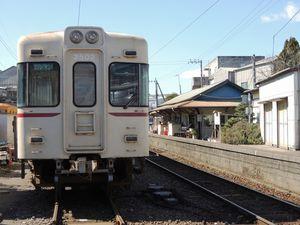 写真:銚子電鉄の仲ノ町駅。左側は車庫になっている