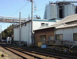 写真:ぬれ煎餅(せんべい)の工場(左奥)。仲ノ町駅の車庫を改造してつくった