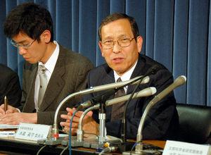 写真:記者会見する地震調査委員会の本蔵義守委員長
