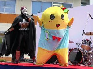 写真:舞台でネクロマン(東京都練馬区)とかけ合いトークをするふなっしー=船橋オートレース場