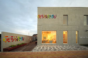 写真:埼玉県新座市の新座支店「スクエア」。色とりどりの正方形が配されています。デザインはエマニュエル・ムホー氏、建築設計は五十嵐武雄建築設計事務所×牛込建築設計事務所=永石英彦氏撮影