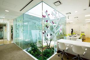 写真:常盤台支店の内部には中庭が造られ、季節に合わせた花が植えられています=ナカサ&パートナーズ提供