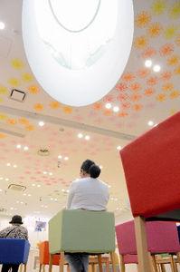 写真:エマニュエル・ムホー氏が設計した志村支店の内部=小林恵士撮影