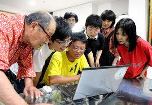 写真:パソコンを囲んで参院選について話し合う「創る村」のスタッフや子どもたち=宮城県東松島市、三浦英之撮影