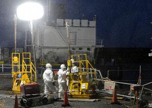 写真:福島第一原発2号機の観測井戸付近で行われている遮水壁を造る工事=22日午後7時、代表撮影