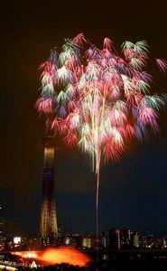 写真:五輪カラーをイメージした花火が打ち上げられた=27日午後7時16分、東京都台東区、長島一浩撮影