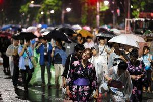 写真:隅田川花火大会が中止となり、雨の中を帰る人たち=27日午後8時7分、東京都台東区、長島一浩撮影