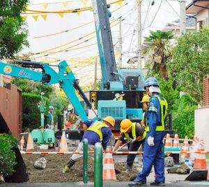 写真:住宅街の下水道復旧工事。車両は日中、通行止めになる=10日、千葉県浦安市