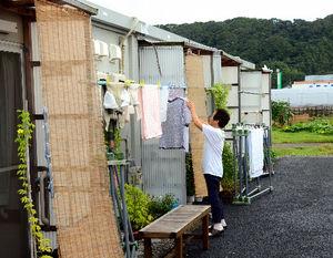 写真:震災2年半の朝、仮設住宅で洗濯物を干す住民の姿があった=千葉県旭市