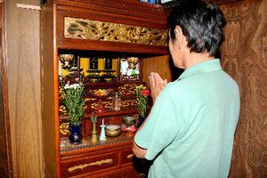 写真:仏壇に手を合わせる村山辰男さん=茨城県北茨城市の自宅