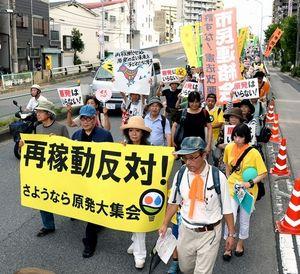 写真:原発再稼働に反対し、デモ行進する参加者ら=14日午後、東京都墨田区立花、小川智撮影