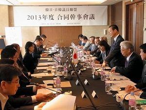 写真:12日、ソウルで開かれた日韓議員連盟と韓日議員連盟の合同幹事会。右が日本側=貝瀬秋彦撮影
