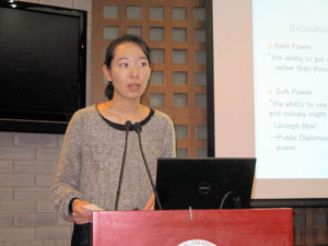 写真:東大大学院生の菊地野々香さんは、公共外交とプロパガンダについての研究を発表した=13日、清華大