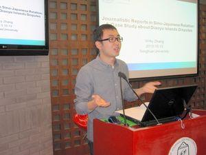 写真:日中関係についての両国メディアの報道を分析した清華大大学院生の張偉傑さん=13日、清華大