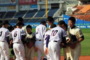 写真:試合が終わり握手を交わすリアスリーグの子どもたち=7日、千葉市美浜区のQVCマリンフィールド