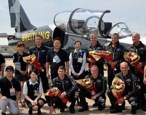 写真:8月に福島でショーを復活開催したボツランさん(後列右)とチームのメンバーら=みんなで大空を見上げよう実行員会事務局提供
