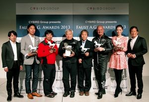 写真:ボツランさん(右から3人目)やアワードの受賞者ら。大賞は80歳でエベレスト登頂に成功した三浦雄一郎さん(同5人目)と次男の豪太さん(同6人目)ら遠征隊に贈られた