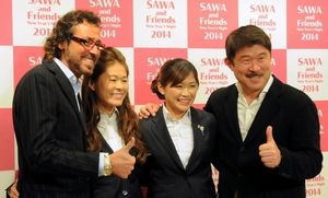 写真:東日本大震災の復興支援のための慈善フットサルに出場するラモス瑠偉さん、澤、川澄、加藤久さん(左から)