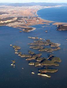 写真:無人島の防潮堤修復が計画されている浦戸諸島=宮城県塩釜市、本社機から、矢木隆晴撮影