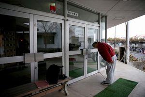 写真:震災当初、旧騎西高校に避難していた吉田俊秀さん(65)は、27日で福島県双葉町の臨時職員の仕事を終えた。支援物資の管理を任され、働いてきた体育館の鍵を閉め「ありがとうございました」と頭を下げた=27日午後、埼玉県加須市、川村直子撮影