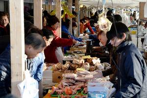 写真:「ゆりあげ港朝市」で正月用の食材を買い求める人たち=29日午前7時39分、宮城県名取市、日吉健吾撮影