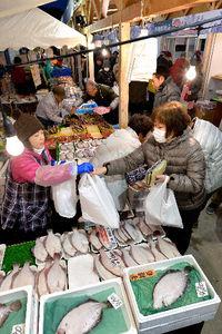 写真:「ゆりあげ港朝市」で正月用の食材を買い求める人たち=29日午前6時27分、宮城県名取市、日吉健吾撮影