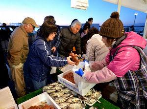 写真:「ゆりあげ港朝市」で正月用の食材を買い求める人たち=29日午前6時33分、宮城県名取市、日吉健吾撮影