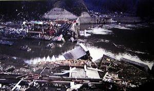 写真:大津波が防潮堤を壊し、両石の集落を襲った=2011年3月11日、岩手県釜石市両石の久保典男さん撮影