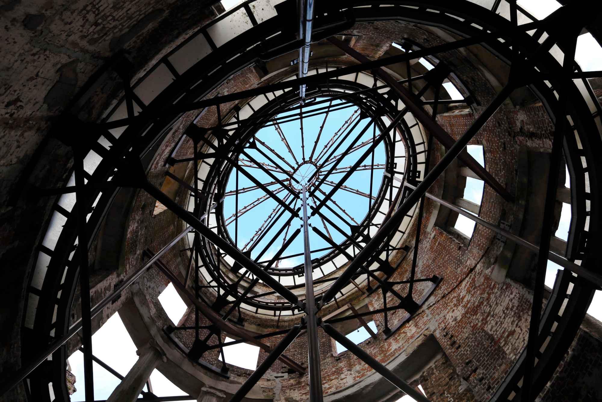 ドームの真下に張り巡らされた支柱。間からは青い空が見えた=11月1日、広島市中区、上田幸一撮影