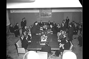 日ソ共同宣言の批准書交換は1956年12月12日、重光葵外相とニコライ・フェドレンコソ連外務次官との間で行われ、同日付で発効。これによって日ソ間の戦争状態は同日で解消し、両国間に正常な国交関係が回復した