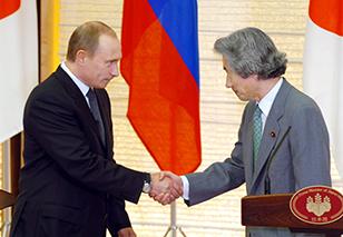 共同記者会見を終え、握手するロシアのプーチン大統領(左)と小泉純一郎首相=21日午後、首相官邸で、荒井聡撮影