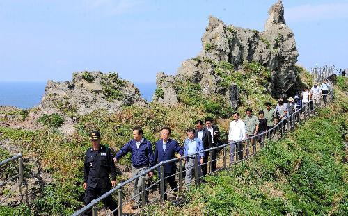 写真:10日、竹島に上陸し、視察する李明博大統領(先頭から2人目)=東亜日報提供