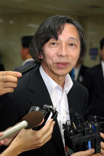 写真:金浦空港に到着し、記者団の質問に答える武藤正敏・駐韓日本大使=貝瀬秋彦撮影