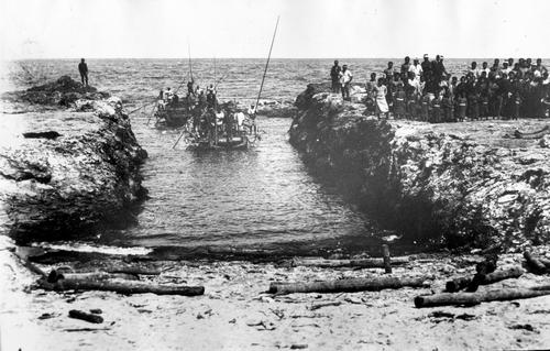 明治30年代の尖閣列島、魚釣島の船着場。岩礁を掘り下げて作られた