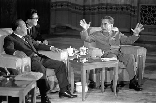周恩来首相(右)と会談する田中角栄首相(左端)=72年9月25日、北京