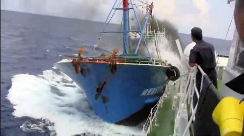 「ユーチューブ」に投稿された、海上保安庁の巡視船「みずき」に衝突する中国漁船とみられる映像=2010年9月