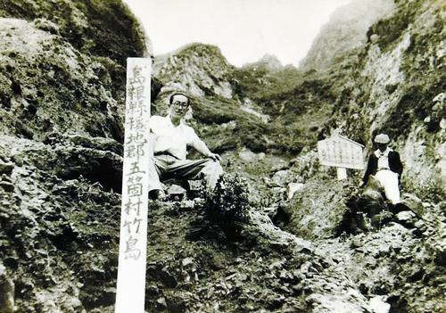 日本と韓国が竹島(独島)の領有権を争い始めてまもない1953年6月、島根県と海上保安庁の職員が竹島に上陸し、同県に帰属するとする標柱を立てた。韓国はその翌年、武装した要員を常駐させた=竹島、島根県提供