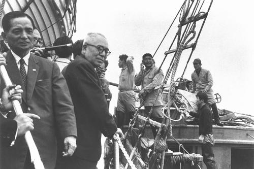 李ライン問題で巡視船「さつま」に乗り、日本漁船に接げんして漁船員に話しかける赤城農相=1964年4月、日本海