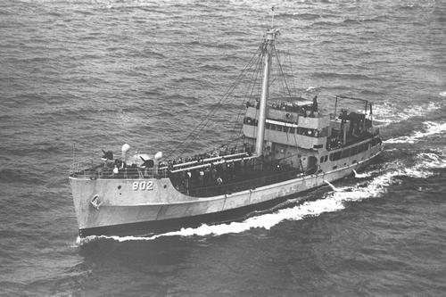 李ライン問題で韓国に抑留された日本人漁船員を乗せ、長崎へ向かう韓国軍艦。艦首には機関銃