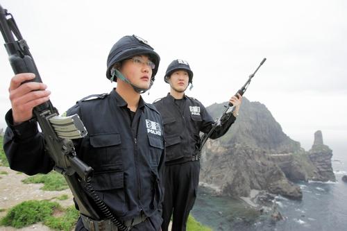 竹島(独島)で武装して任務につく韓国の警備隊員=2006年5月、ロイター