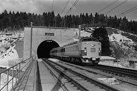 青函トンネルが開業し、トンネルを通過して本州側へ出てきた旅客の一番列車「はつかり10号」 =1988年3月13日